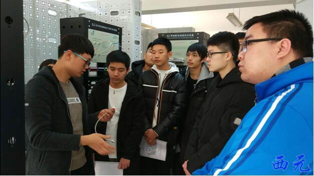 西元工程师对学生进行相关培训
